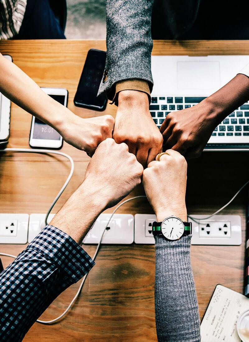 Hulp-samenwerken-team-handen-koude-acquisitie-leadgeneratie